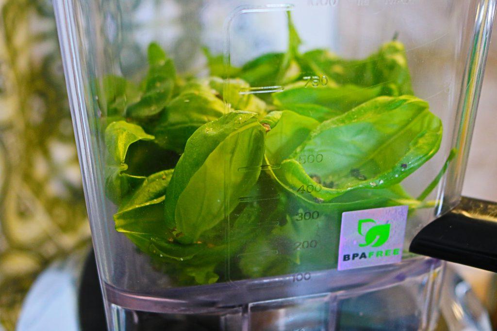 Grüne-kalte-Suppe-mit-Milchschaum-3