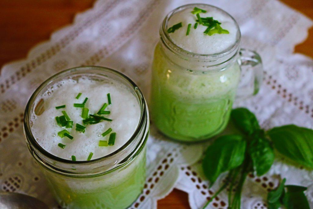 Grüne-kalte-Suppe-mit-Milchschaum-2