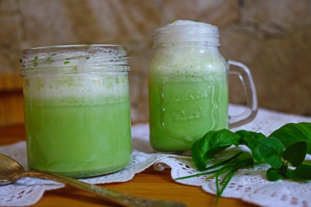 grüne-Suppe-mit-Milchschaum