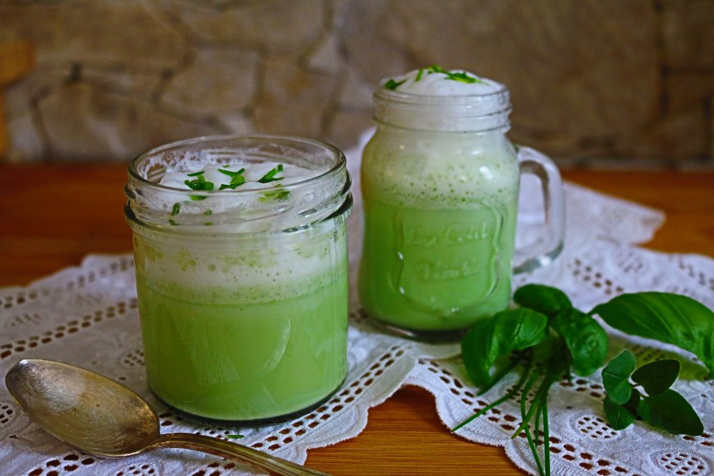 Grüne-kalte-Suppe-mit-Milchschaum-1