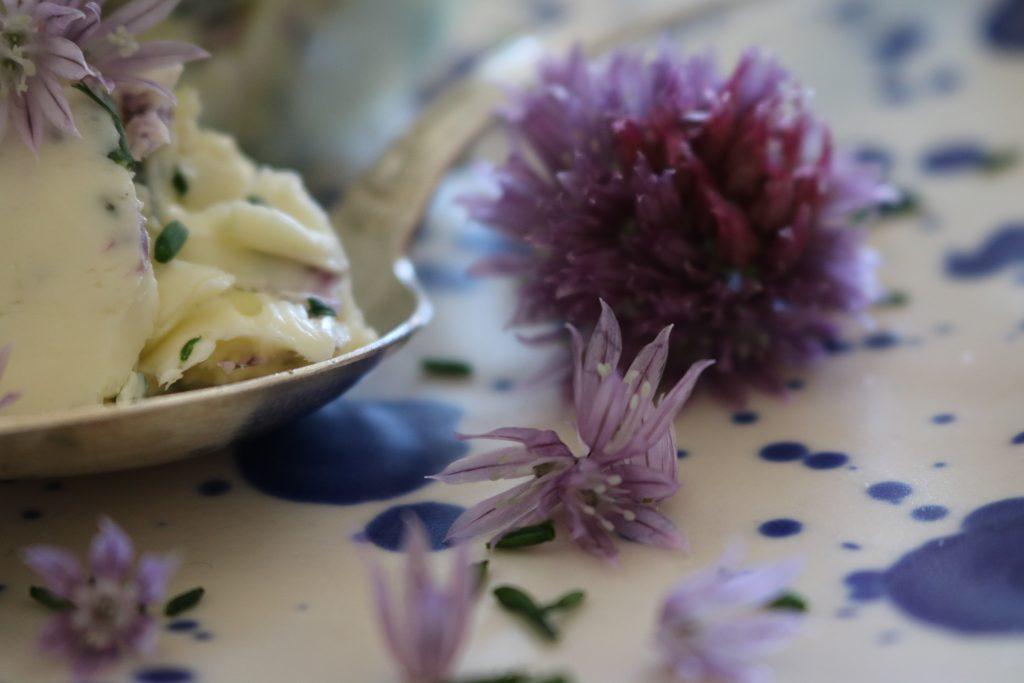 Knoblauch-Butter-mit-Schnittlauch-Blüten-4